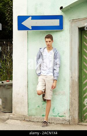 Junger Mann vor einer Entscheidung - Stockfoto