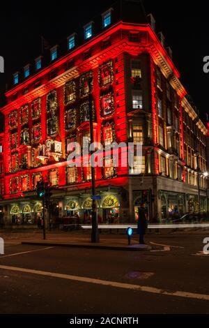 LONDON, UK, 01. Dezember 2019: Fortnum & Mason ist für Weihnachten dekoriert. 1707 von William Fortnum und Hugh Mason in Piccadilly London etabliert - Stockfoto