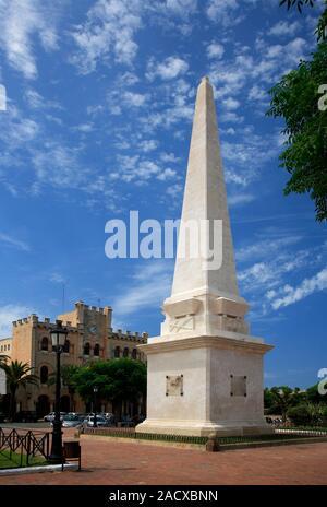 Der Obelisk und Street View, Ciutadella Stadt, Insel Menorca, Balearen, Spanien, Europa - Stockfoto