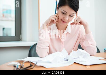 Geschäftsfrau sitzen am Schreibtisch im Büro in Gedanken. - Stockfoto
