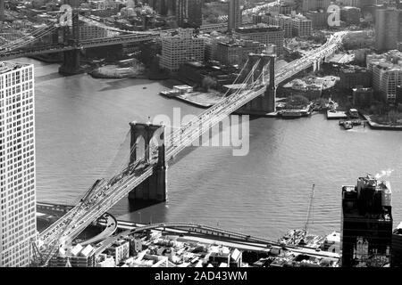 Lower Manhattan der berühmten Brooklyn Bridge, die den East River, New York City, USA. - Stockfoto