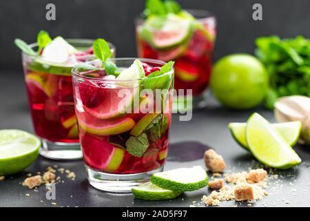 Himbeer Mojito cocktail mit Limette, Minze und eiskalt, Eistee, erfrischende Getränke oder Getränke - Stockfoto