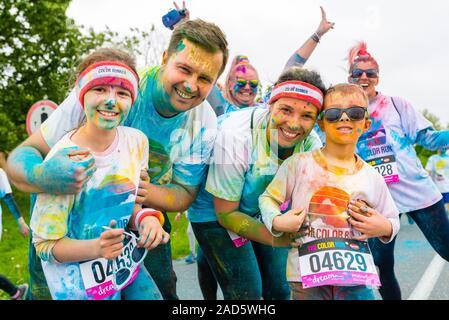 Poznan, Polen - 20. Mai 2017: Glückliche Menschen die Teilnahme an der Colour Run - Stockfoto