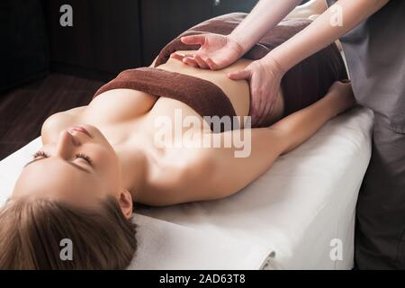 Frau genießen Ayurveda-Öl-Massage im spa - Stockfoto