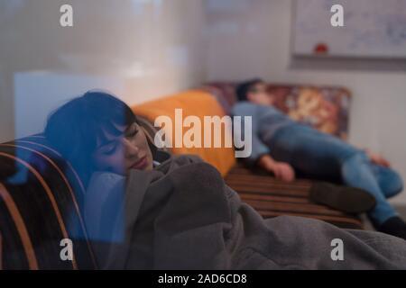 Software Entwickler schlafen auf dem Sofa in der kreativen Start Büro - Stockfoto