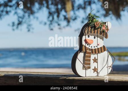 Weihnachten in Florida themed Schneemann am Ufer des Lake Louisa in zentralem Florida in der Nähe von Orlando. - Stockfoto