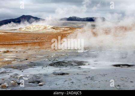 Dampfende Quellen in die geothermale Region Hveraroend, Namaskard, Island, Europa - Stockfoto