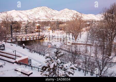 Ein Winter Wunderland Landschaft - die Washington Avenue Bridge über Clear Creek in Golden, Colorado, USA - Stockfoto