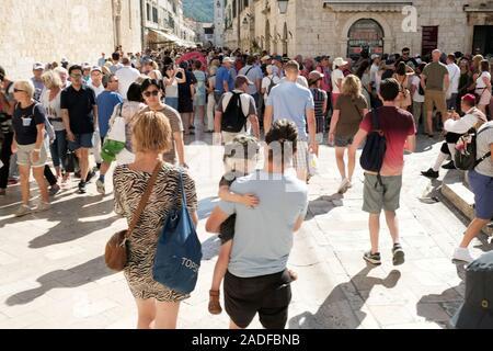 Eine viel befahrene Straße laufen durch das Zentrum der Altstadt von Dubrovnik, Stradun. Seine mit Fußgängern, die Urlauber und Touristen gehören verpackt - Stockfoto
