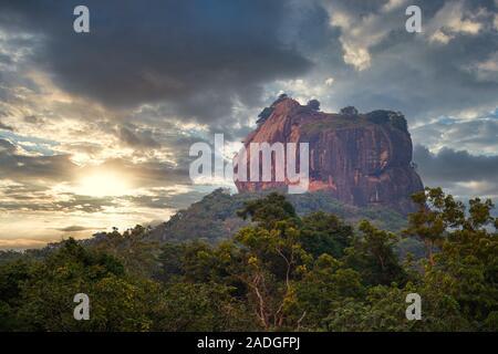 Sigiriya (Lion's Rock) mit einem dramatischen Sonnenuntergang - Stockfoto