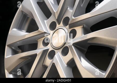 Neue leistungsstarke Silber Aluminium Felge für SUV-Fahrzeuge original auf schwarzen Hintergrund. schönen Konzept, close-up. schoß in einem reifen Shop. - Stockfoto