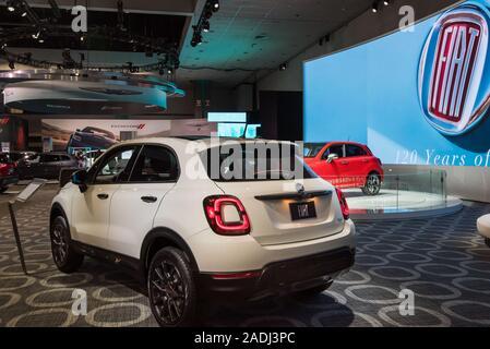 LOS ANGELES, CA/USA - November 21, 2019: ein Fiat 500 X Urbana Auto auf der Los Angeles Auto Show. - Stockfoto