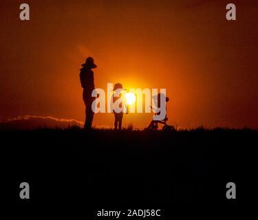 1980 s ANONYME FAMILIE IN EINSTELLUNG SOMMER SONNE MUTTER ZWEI KINDER ALLE TRAGEN Hüte, DREIRAD - kj8973PHT 001 HARS GEHEIMNIS SÖHNE ABSTRAKTE FREUDE LIFESTYLE FRAUEN IM LÄNDLICHEN LEBEN ZU HAUSE KOPIEREN RAUM FREUNDSCHAFT IN VOLLER LÄNGE DAMEN TÖCHTER PERSONEN INSPIRATION MÄNNLICHE SPIRITUALITÄT FREIHEIT GLÜCK DREIRAD ABENTEUER DISCOVERY FREIZEITAKTIVITÄTEN SILHOUETTE LOW ANGLE ERHOLUNG VERBINDUNG KONZEPTIONELLE PHANTASIE ANONYME ZUSAMMENARBEIT WACHSTUM jugendliche Mütter Miteinander junger Erwachsener FRAU ALTE SILHOUETTE ALTMODISCH - Stockfoto