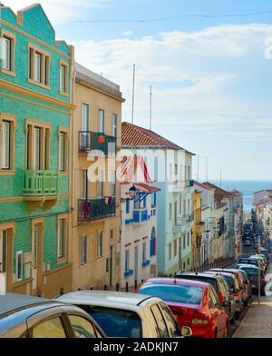 NAZARE, PORTUGAL - OKTOBER 9, 2018: die Menschen gehen auf die Straße in Nazare. Nazare ist das beliebte Ausflugsziel in Portugal - Stockfoto