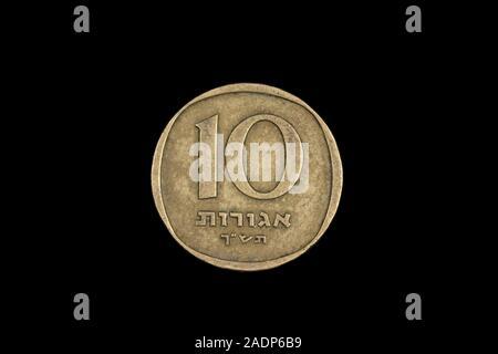 Ein Makro Bild eines israelischen 10 agorot Münze auf schwarzem Hintergrund - Stockfoto