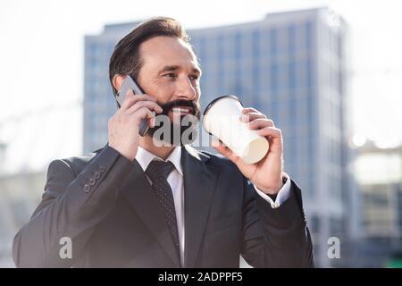 Porträt einer fröhlichen Geschäftsmann am Telefon sprechen - Stockfoto
