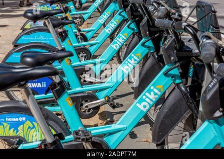 Honolulu, Hawaii/USA - Jan 25, 2019: eine Reihe von Biki Fahrräder zum Mieten an einem Dock. Bike Sharing, Grün, Umwelt Konzept - Stockfoto