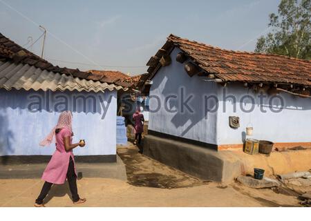 Junge Mädchen aus dem Stamm der Adivasi, in ihre Häuser zurückzukehren, nachdem Sie das Wasser aus dem Brunnen, Sie tun normalerweise morgens abends im Dunkeln in Angst, von Männern, die oft betrunken in den Dörfern zu erhalten angegriffen zu verhindern. - Stockfoto