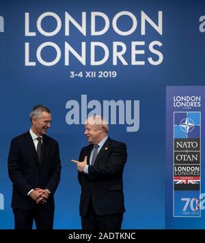 London, Großbritannien. 4. Dez, 2019. NATO-Generalsekretär Jens Stoltenberg (L) Gespräche mit dem britischen Premierminister Boris Johnson während der offiziellen handshake Zeremonie bei der NATO (North Atlantic Treaty Organization)-Gipfel in London, Großbritannien, 4. Dezember 2019. Credit: Han Yan/Xinhua/Alamy leben Nachrichten