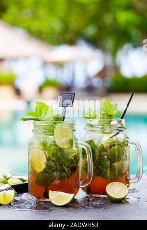 Mojito Cocktail in Gläsern auf blauem Wasser Hintergrund. Kopieren Sie Platz. - Stockfoto