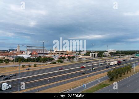 AUSTIN, Texas: Oktober 2019: Luftaufnahme der UT Longhorn Football Stadion renoviert mit IH 35 im Vordergrund.