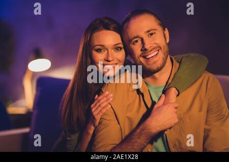 Close-up Portrait seiner er ihr, daß sie schön schön schön Heiter Heiter süße Ehegatten sitzen auf divan Ausgaben Urlaub Umarmung zu Hause Haus - Stockfoto