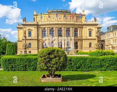Jan Palach Square und Rudolfinum in Prag in der Tschechischen Republik.