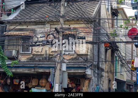 Die elektrische Verkabelung in Bangkok sieht aus wie Kunst Installation. - Stockfoto