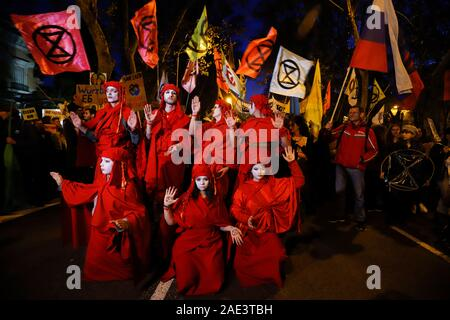 Madrid, Spanien. 06 Dez, 2019. Rote Rebellen vom Aussterben Rebellion erscheinen während ein Klima März am Rande der Weltklimakonferenz. Credit: Clara Margais/dpa/Alamy leben Nachrichten