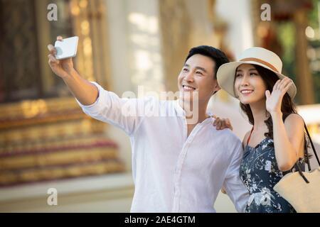 Junge Brautpaar nehmen selfie - Stockfoto
