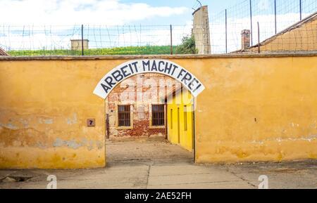 """""""Arbeit setzt Sie frei"""" Schild am Eingang zu Zellblöcken in Theresienstadt Malá pevnost kleine Festung Nazi-Konzentrationslager Terezin Tschechien. - Stockfoto"""