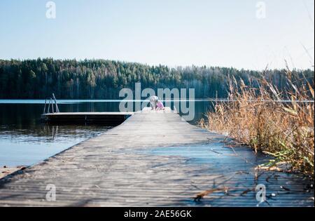 Opa Lehre seine Enkelin Fisch in einem See in Schweden - Stockfoto