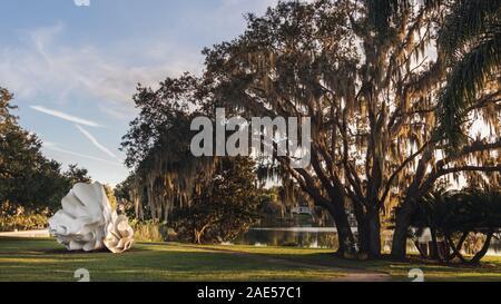 ORLANDO, Florida: 21.November 2019: Mennello Museum der amerikanischen Kunst outdoor Sculpture Garden bei Sonnenuntergang. - Stockfoto