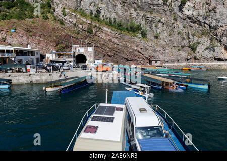Koman, Albanien, dem 7. Juli 2019: ein Auto- und Passagierfähre fährt in Koman, Komani See, ein 35 km langer Stausee in den Dinarischen Alpen - Stockfoto