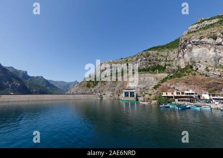Koman, Albanien, dem 7. Juli 2019: Rückblick auf den Fähranleger in koman. Im Hintergrund sehen Sie die Verdammung des komani See, ein 35 km langer Stausee - Stockfoto