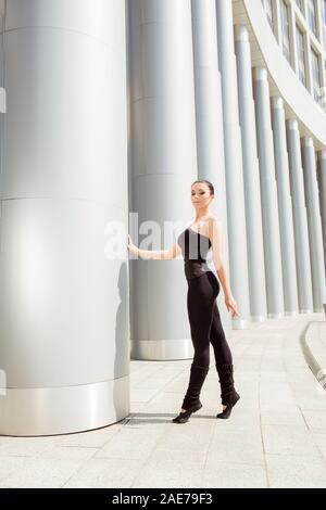 Süße anmutige Ballerina Holding die weiße Spalte - Stockfoto