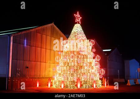 Eine innovative Weihnachtsbaum, von Paletten aus Holz. Dies ist am Eingang Sedamyl UK in Selby, North Yorkshire gelegen. - Stockfoto