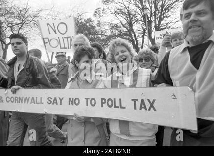 1000 versammelte sich am Plymouth Hoe im März 1990 gegen die unpopuläre Kopfsteuer zu protestieren. - Stockfoto