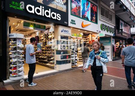 Hongkong - November, 2019: Urban Sportbekleidung Einzelhandel Turnschuhe verkauft bei Sneaker street in HongKong - Stockfoto