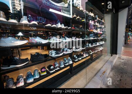 Hongkong - November, 2019: Sammlung von Sneakers in städtischen Sportbekleidung Einzelhandel shop Sneaker street in HongKong - Stockfoto