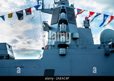 St. Petersburg, Russland - Juli 23, 2019 - russische Kriegsschiff mit Verzierungen an Feier der Marine am Fluss Newa - Stockfoto