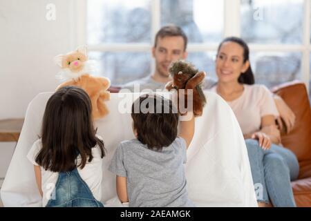 Gerne Vater und Mutter sehen niedlich Geschwister Puppenspiel. - Stockfoto