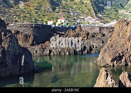 Natürliche Pools mit vulkanischem Gestein in Porto Moniz, einem kleinen Ort an der Atlantikküste (Madeira, Portugal, Europa) - Stockfoto