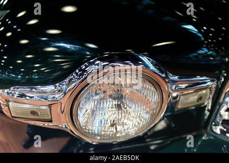 Reflexion der Scheinwerfer o Ein klassisches Auto Motorhaube - Stockfoto