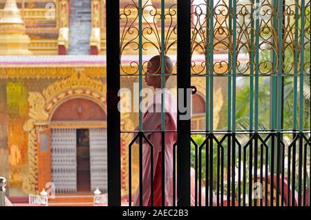 Anfänger Nonne am Eingang des Buddha Schrein am Sakyadhita Thilashin Nonnenkloster Schule in Sagaing Myanmar - Stockfoto