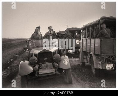 Jahrgang 1940 Adolf Hitler und Benito Mussolini in den militärischen Personal Auto überprüfung und salutierte italienische Truppen im Konvoi auf dem Weg zu Front - Stockfoto