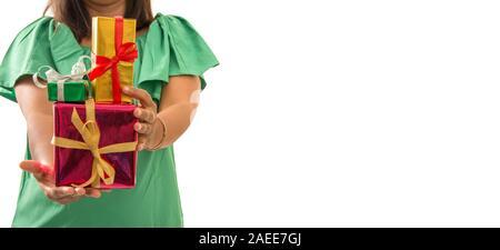 Frau mit Weihnachtsgeschenke in verschiedenen Farben Papier und Bändern umwickelt - Feste und Feiertage Konzept Bild mit Kopie Platz für Text. - Stockfoto