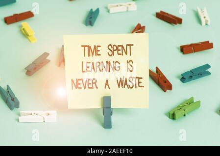Wort schreiben Text Zeit Lernen ist nie eine Verschwendung. Business foto Präsentation Bildung hat kein Ende lernen immer Farbige clothespin Papiere leer r - Stockfoto