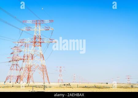 Hochspannung Überlandleitungen in Abu Dhabi Wüste - Stockfoto