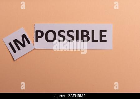 Unmöglich, Text ausschneiden. Mögliche Begriff. Erfolg. Rosa Hintergrund. Kopieren Sie Platz. Vertikale Ausrichtung. Blick von oben. Minimale einfachen Stil - Stockfoto